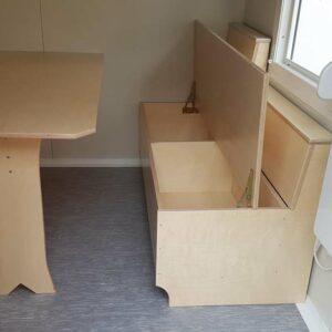 Vesper-Container mit Tisch und Truhenbank